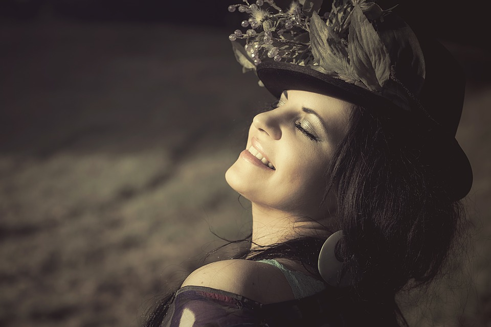 žena s klobúkom