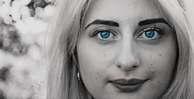 dívka s modrýma očima.jpg