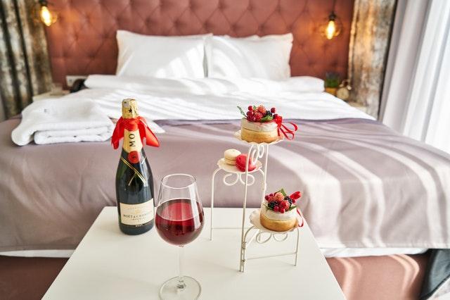 hotelová izba s vínom a koláčmi