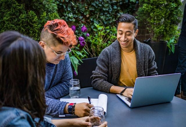 Ľudia , ktorí spoločne pracujú za notebookom.jpg