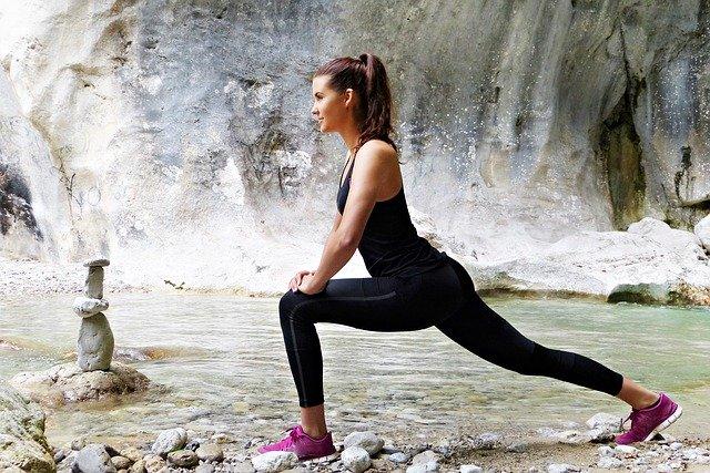 Žena cvičí pri vodopáde.jpg