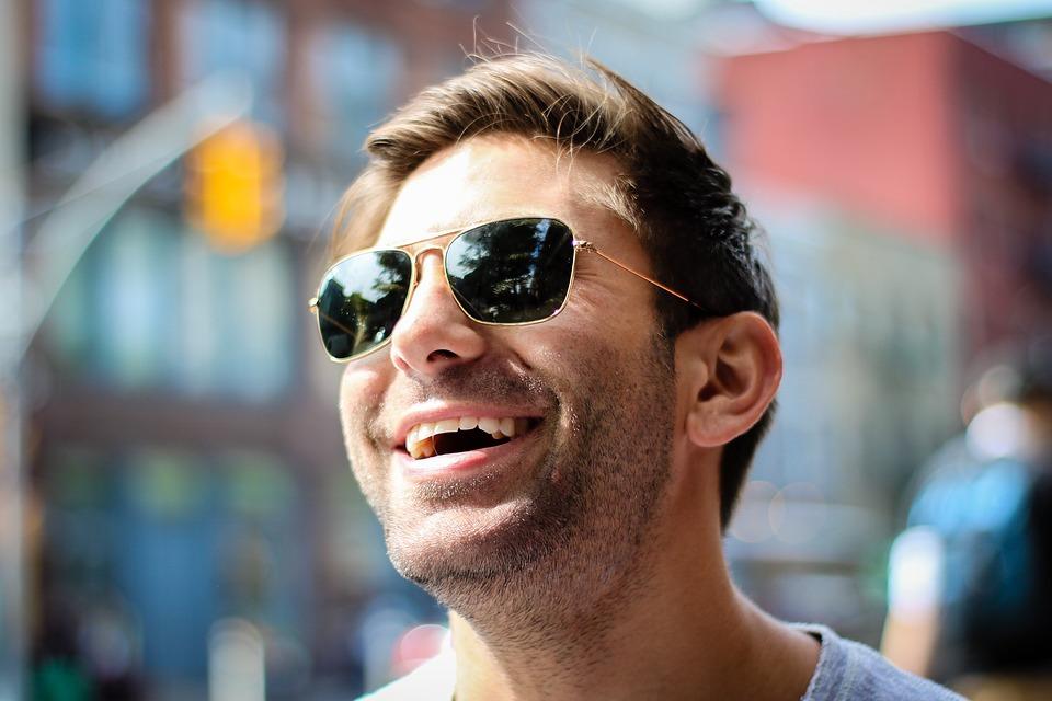 muž, slnečné okuliare