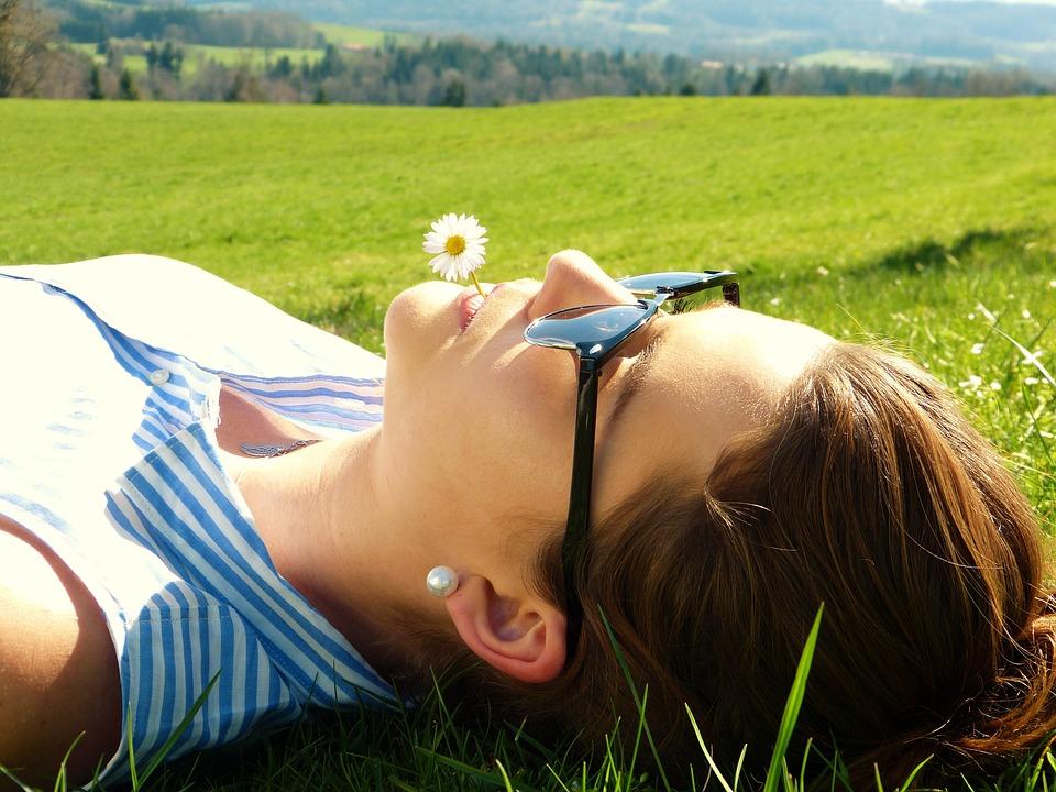 odpočinok, žena, tráva